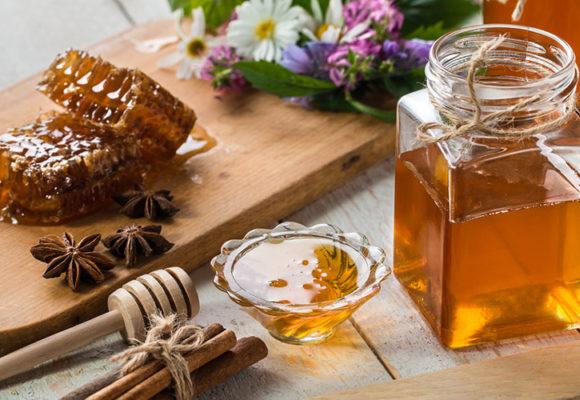 Miele e mal di gola: il rimedio della nonna funziona davvero
