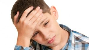 bambino-col-mal-di-testa-500x281